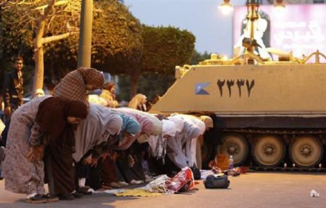 women pray egypt